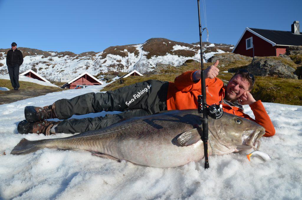 Michael Eisele poserer med verdens største torsk - 47 kg - tatt på stang - Foto - Sørøya Havfiskesenter