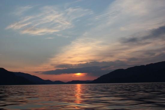 Solnedgang og på tide å gjøre opp dagens fangst.. Foto: Jonas Botilsrud
