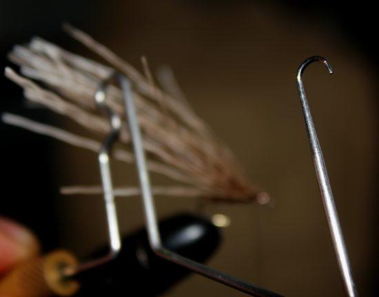Til det neste steget er du avhengig av noe å bøye elghårene med, et whip finish-verktøy er perfekt. Foto: Lasse Bøe