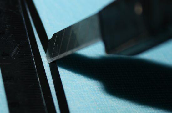 Ved å skjære langs linjalen er man sikre linjer og et pent ytre på ryggskjoldet. Foto: Lasse Bøe